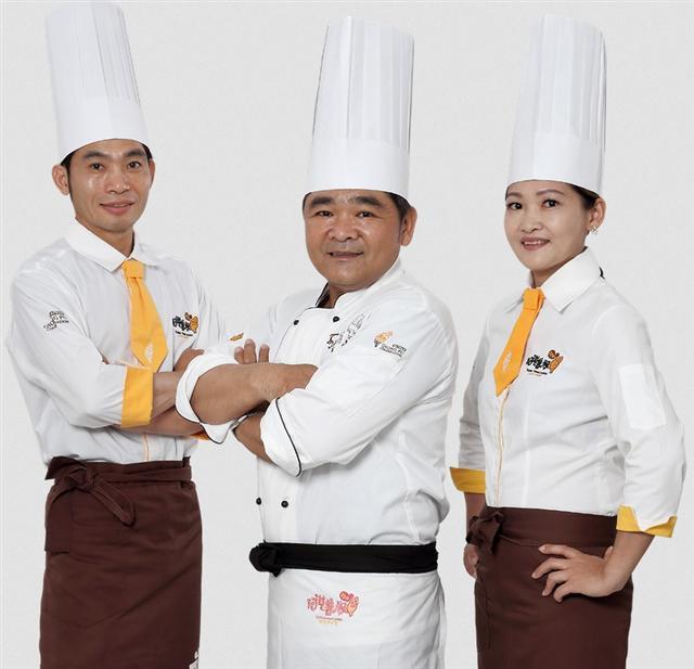菁英主廚「阿益師」(中),創立品牌提升水林地瓜附加價值。(阿甘藷叔提供)