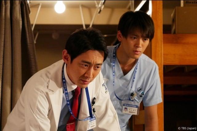 小泉孝太郎(左)與竹內涼真(右)在《天才外科醫》中飾演醫生,圖為劇照。(緯來日本台提供)