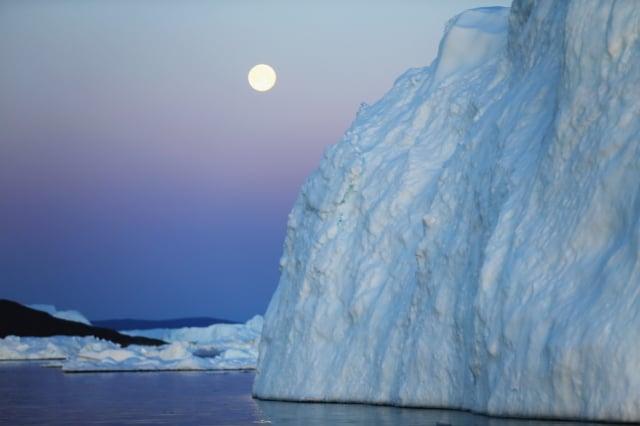 歐洲的一組科學家近期宣稱,他們在格陵蘭島的冰蓋下面發現了一處隱蔽的地球「疤痕」:一個近31公里寬的巨型大坑。圖為格陵蘭島。(Joe Raedle/Getty Images)
