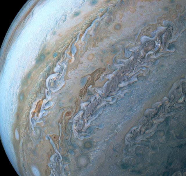 NASA的朱諾號太空船在木星南半球拍到巨大的海豚狀雲朵。(NASA)