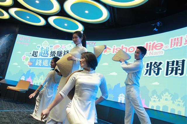 ishowlife愛秀生活(越南)以傳統越南舞蹈揭開序幕。(創意點子提供)