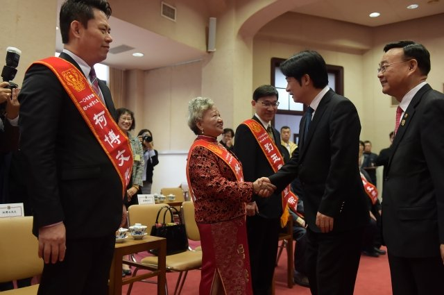 行政院長賴清德12日接見107年度好人好事代表。(行政院提供)