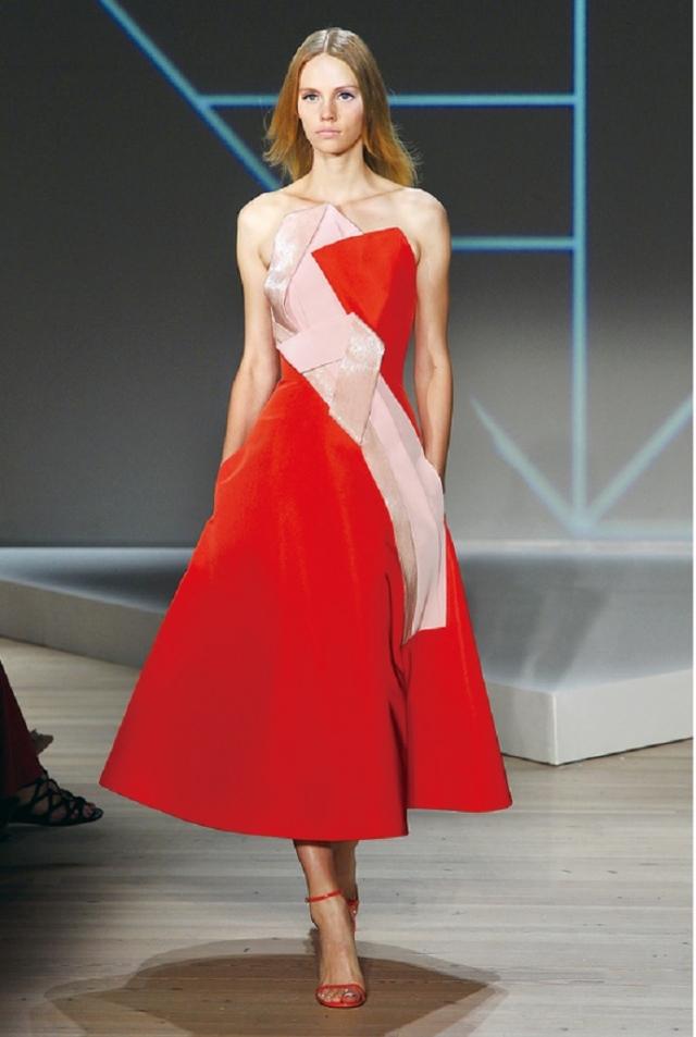 柔美珊瑚橘搭配紅色系,融合優雅與都會感,增添了色彩的強度。(Getty Image)