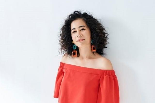 邁入2019年,春夏妝感注重柔美明亮,珊瑚橘色系穿搭活潑顯氣質。圖為台灣金曲歌后以莉‧高露。