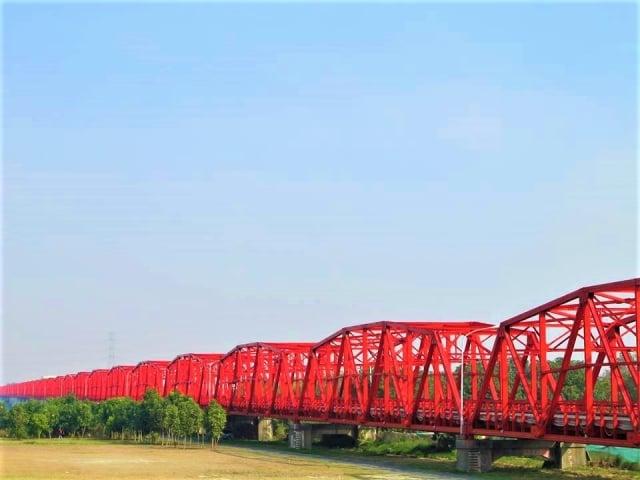鋼構紅橋身影,慰藉著旅外西螺人的鄉思。(吳雁門/攝影)