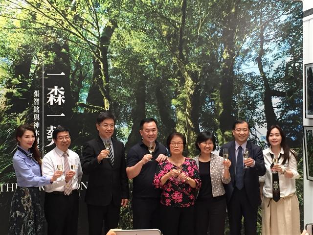 2018華山神木攝影展,蔡宗易(右二)。(力麗觀光提供)