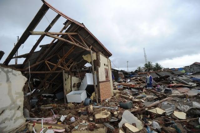 針對環太平洋地區近期頻繁出現地震、海嘯和火山爆發等天災,有猶太教拉比表示,這預示《聖經》中記載的末日。圖為2018年12月25日,印尼發生海嘯的災區一景。(SONNY TUMBELAKA/AFP/Getty Images)