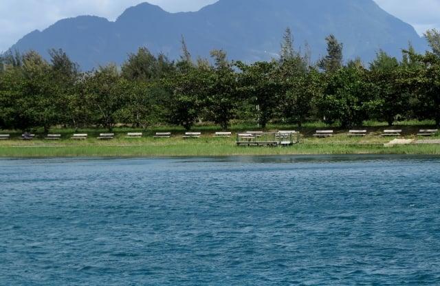 活水湖是一個是人工挖出來的寶藍湖水,湖底與海相通。(攝影/記者鄧玫玲)
