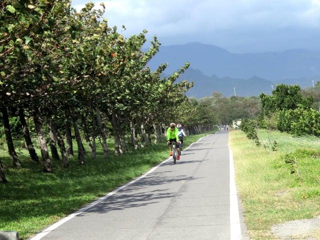 台東森林公園活水湖旁的自行車道,路面寬敞沿途風景秀麗。(攝影/記者鄧玫玲)