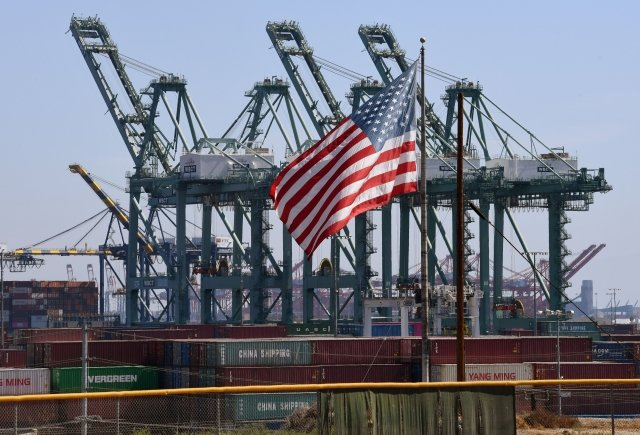 2018年9月29日,豎立起美國國旗的中國貨船在美國港口卸貨。(Getty Images)