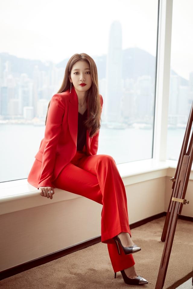 朴信惠穿上一身紅運美裳。