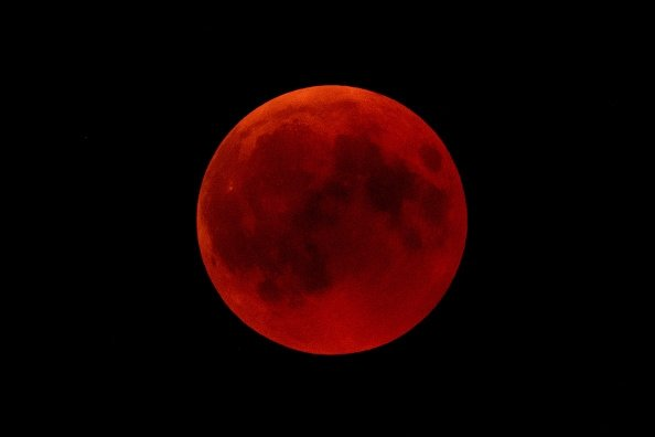 2019年將會五個日食、寶瓶座流星雨,以及備受關注的超級血狼月。圖為在2018年7月27日在德國霍亨索倫城堡後面夜空中看到的血月亮。 (Matthias Hangst/Getty Images)