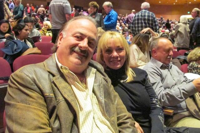 12月27日晚上,Pinnacle Bank銀行的董事會主席和創始人David Scoffone先生和家人觀看了神韻紐約團在聖荷西的演出。(記者麥蕾/攝影)