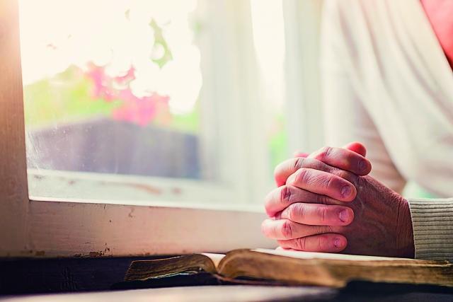 我不知道要如何向神祈求,也不知能否求祂留住我的右手,就在我心情跌到谷底時,腦中浮起《聖經》一處經文說:「我們本不曉得當怎樣禱告,只是那靈親自用說不出來的嘆息,為我們代求。」(123RF)