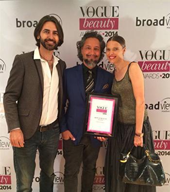 喬爾吉歐(中)被《Vogue》雜誌印度版授予2014年度最佳髮型師獎。(加布利埃爾·喬爾吉歐提供)