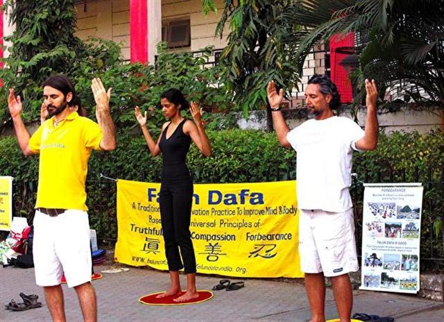 喬爾吉歐在孟買班德拉煉習法輪大法的第二套功法。(加布利埃爾·喬爾吉歐提供)