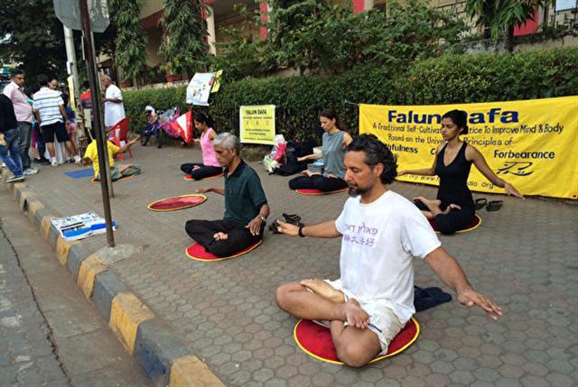 喬爾吉歐在孟買班德拉煉習法輪大法的第五套功法。(加布利埃爾·喬爾吉歐提供)