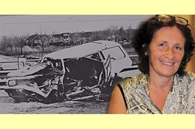 這位比利時媽媽在嚴重車禍後的30年中都不良於行、生活困苦,傷痛卻因閱讀一本書而徹底消失了。(報紙翻攝,安·圖爾玲茲/大紀元合成)