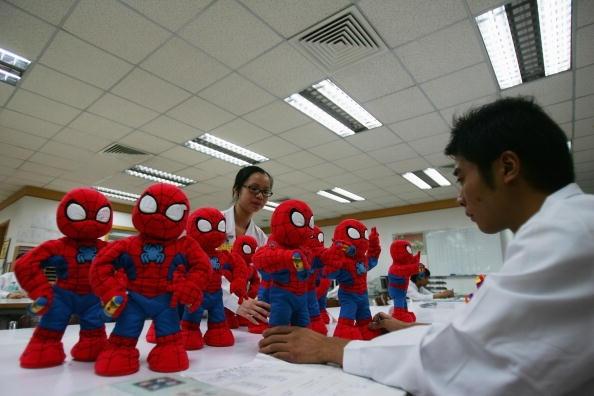 在美國出售的十個玩具中,約九個都是在中國製造的。圖為位於中國廣東東莞的某家玩具工廠,該商生產美國人熟知的「蜘蛛人」玩偶供出口。(Getty Images)