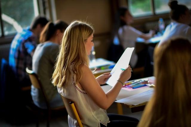 美國西雅圖學區決定在兩所高中試行上課時間從早上7時50分延後至8時45分,成績平均提升了4.5%。圖為示意圖。(MARTIN BUREAU/AFP/Getty Images)