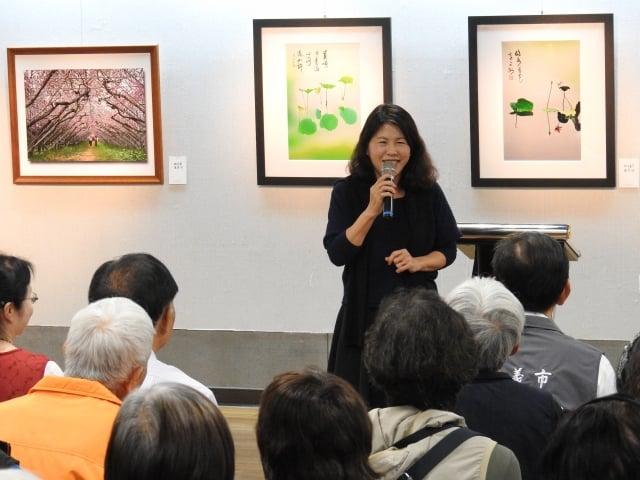 嘉義市文化局長林青萍(如圖)6日下午在「花語寄情攝影聯展」開幕儀式中致詞。(記者蔡上海/攝影)