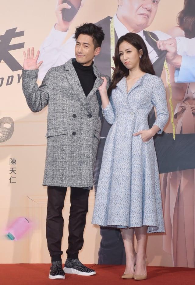 周曉涵(右)與周孝安(左)7日出席主演華劇《必勝大丈夫》首映會。(記者黃宗茂/攝影)
