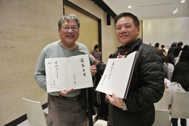 師大附中同學陳應哲(右)、段彬開心秀岀《吳翼中寫心經》親手簽名書。(記者周美晴/攝影)