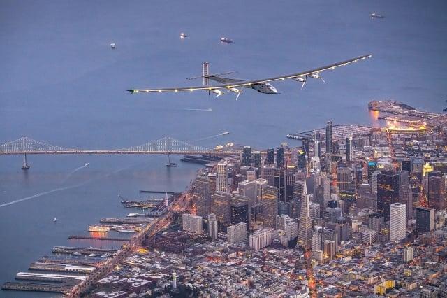 飛越舊金山,即將降落在矽谷的太陽能飛機。(Jean Revillard via Getty Images)