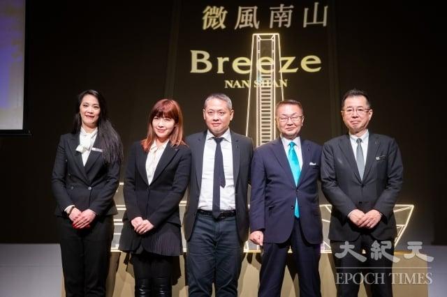 微風集團旗下第10個據點微風南山將於10日正式開幕,微風廣場董事長廖鎮漢(中)帶領高階主管8日出席開幕記者會。