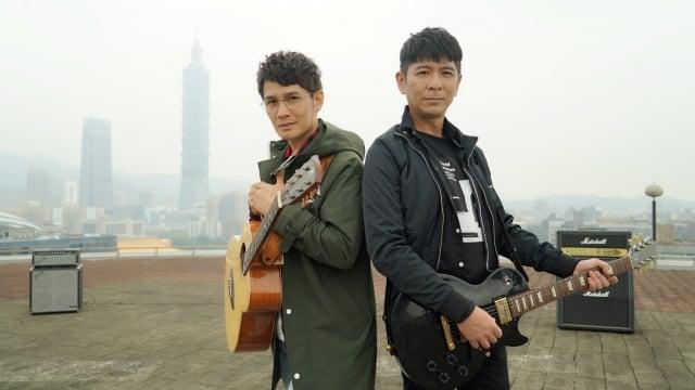 羅文裕(左)新專輯《社會大學》,主打歌《鄉音》找上台語金曲歌王荒山亮(右)合唱。(上行娛樂提供)