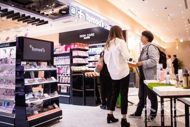 日本藥妝品牌Tomod's進駐微風南山,並打造特別仕樣店,與亞洲知名女性影音平台C CHANNEL合作,精選彩妝、保養、美髮類影音內容。(記者陳柏州/攝影)