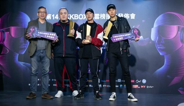 KKBOX亞太區董事總經理施盈良頒年度風雲歌手獎給頑童MJ116。(KKBOX提供提供)