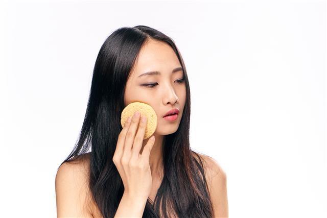 若有上定妝粉習慣的人,建議定妝粉不需要塗太厚,使用質感輕薄的亮色蜜粉,輕輕按壓就可以了。(123RF)