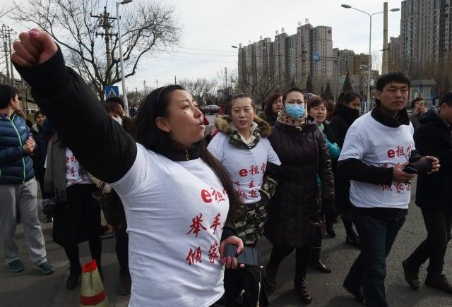 圖為中國大陸P2P平台倒閉後,受害的投資人上街抗議。(AFP)