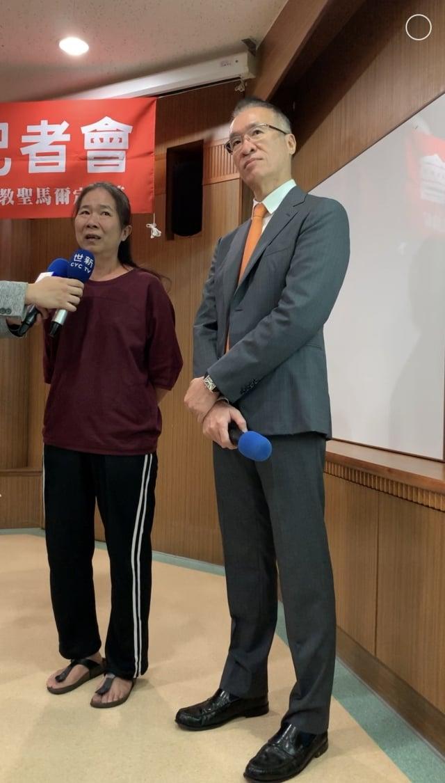 翁小姐(左)接受黃立人醫師建議,以機器人手臂施行單側人工膝關節置換術。術後即開始藉由行走及運動復健,如願在術後第二天出院。(聖馬爾定醫院提供)