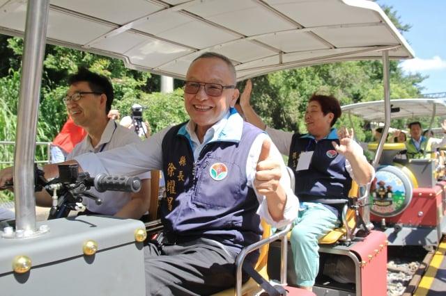 縣長徐耀昌搭乘鐵道自行車Rail Bike。(記者許享富/攝影)