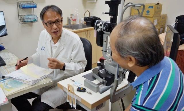 新竹馬偕醫院眼科主任蔡裕棋正在為病患解說病情
