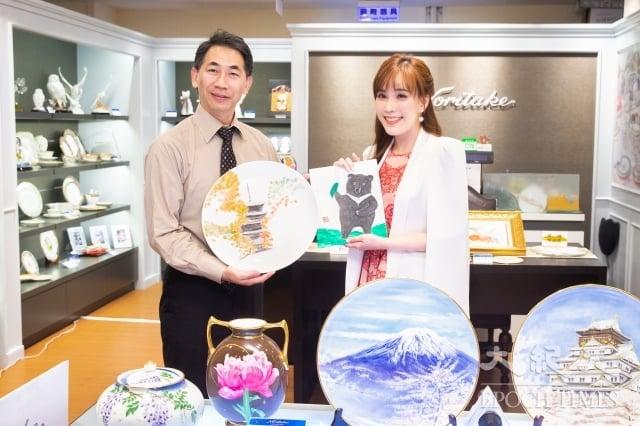 日本皇室瓷器Noritake首席御用畫師岡田正己(左)展現29年的高超瓷器繪畫技巧,並與主播劉涵竹(右)以畫會友。(記者陳柏州/攝影)