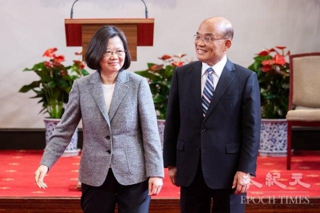 總統蔡英文(左)11日在總統府舉行記者會,正式任命蘇貞昌(右)為新任行政院長。(記者陳柏州/攝影)