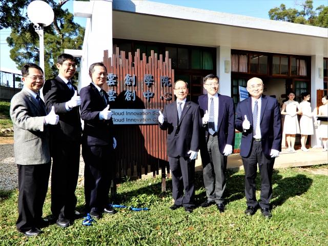 台灣人工智慧學校與台中榮總、東海大學三方11日簽約合作,及東大雲創學院與中心的揭牌儀式。(記者黃玉燕/攝影)