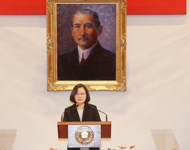 中華民國總統蔡英文1月2日召開記者會指出,「九二共識」其實就是「一個中國」、「一國兩制」,台灣絕不會接受「一國兩制。」(中央社提供)