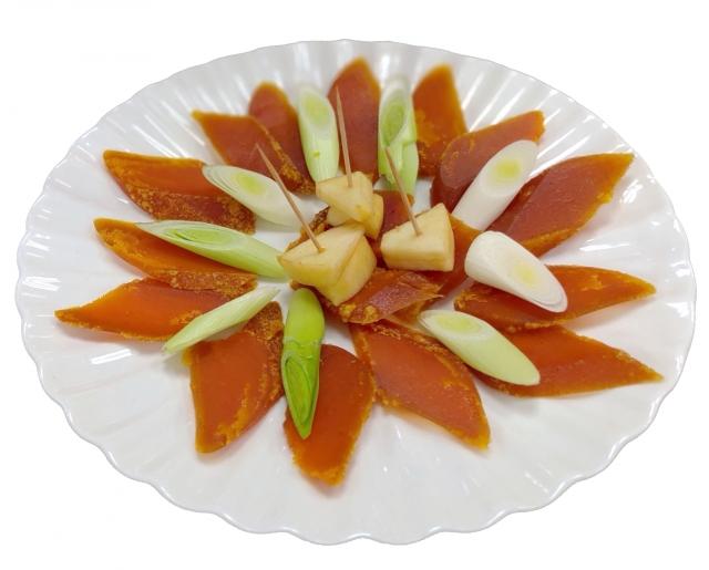 烏魚子配上蒜白、蘋果片,最對味。(攝影/賴友容)