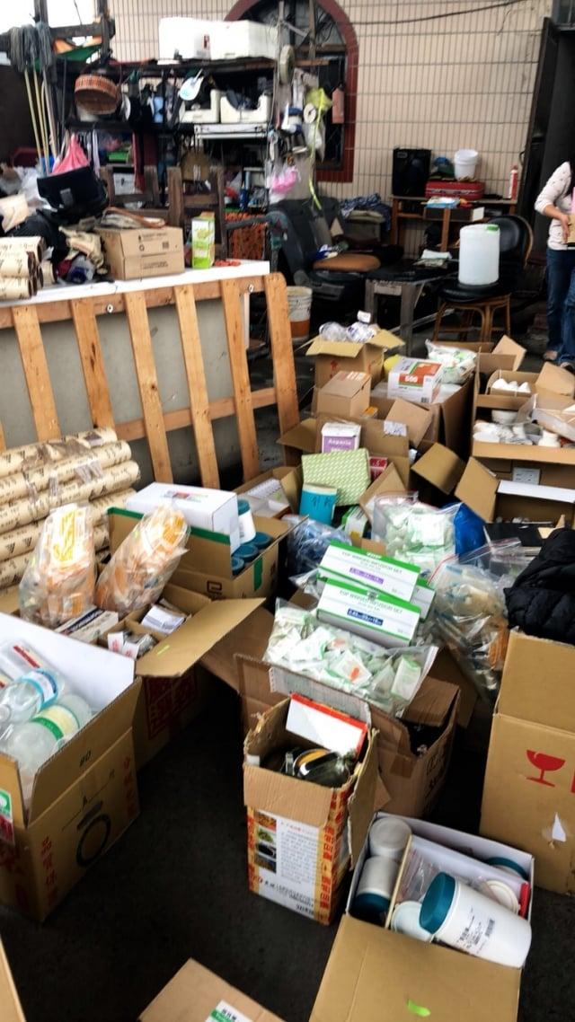 彰化地檢署在林男住處查獲大批藥物及醫療器材。(彰化地檢署提供)