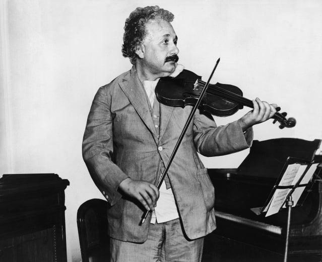數學物理學家愛因斯坦(1879-1955)1931年搭乘郵輪S.S. Belgenland號前往加州, 他在郵輪的音樂室演奏小提琴。(Photo by Keystone/Getty Images)