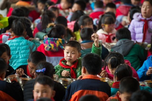 中共打壓宗教信仰自由,近期竟出現利誘學童舉報父母的事件。圖為示意照,非當事人。(AFP)