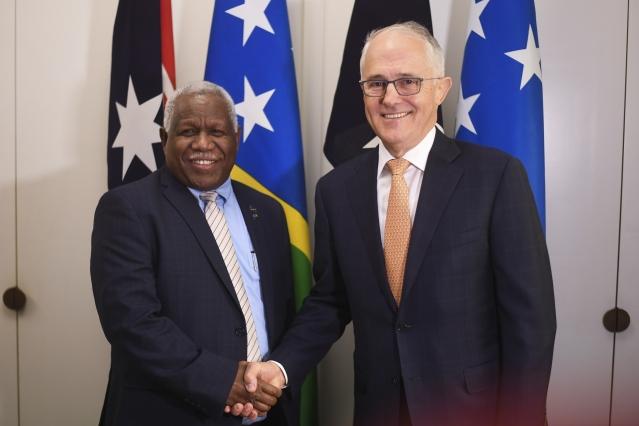 2018年6月13日,澳洲時任總理滕博爾(右)與所羅門群島總理何瑞朗(左)會面。(Getty Images)