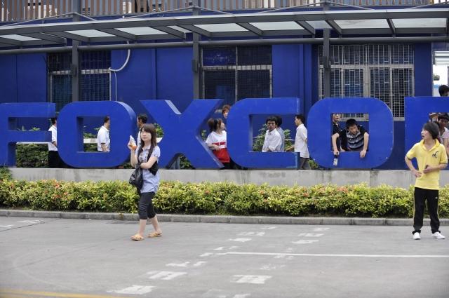 蘋果公司最大的iPhone組裝廠富士康集團正在考慮將生產線由中國轉移到印度,此舉將有助於避開美中衝突,以及降低蘋果公司對中國製造和銷售的依賴。圖為富士康在深圳的組裝廠。(STR/AFP/GettyImages)