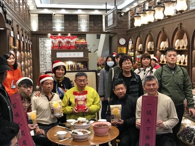 台北市長柯文哲23日到迪化街鼓勵民眾來迪化街辦年貨、逛大街、過好年。(記者李怡欣/攝影)