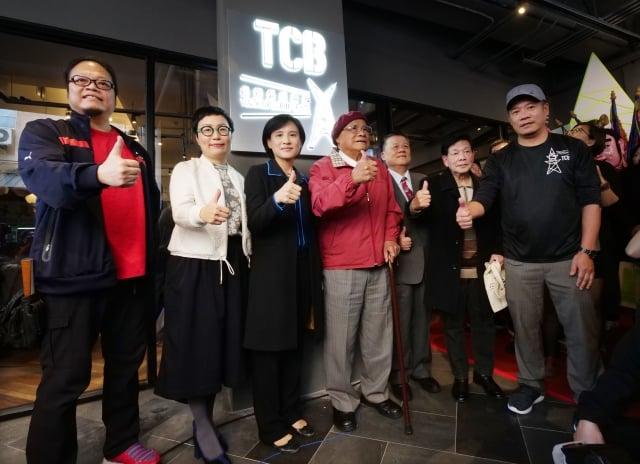 文化部長鄭麗君(左3)與漫畫家劉興欽(左4)等人一起揭牌,替台灣漫畫基地拉開序幕。(文化部提供)