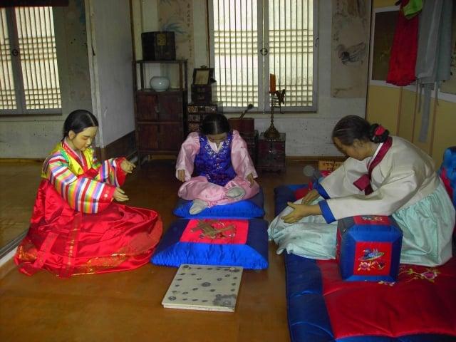 韓國人玩柶戲。(維基百科)